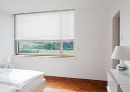 Halbtransparentes Faltrollo in Weiß für das Schlafzimmer